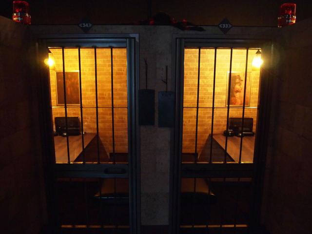 監獄のような客席