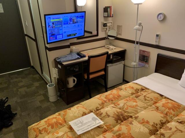 東横イン新大阪駅東口の部屋の机とテレビ