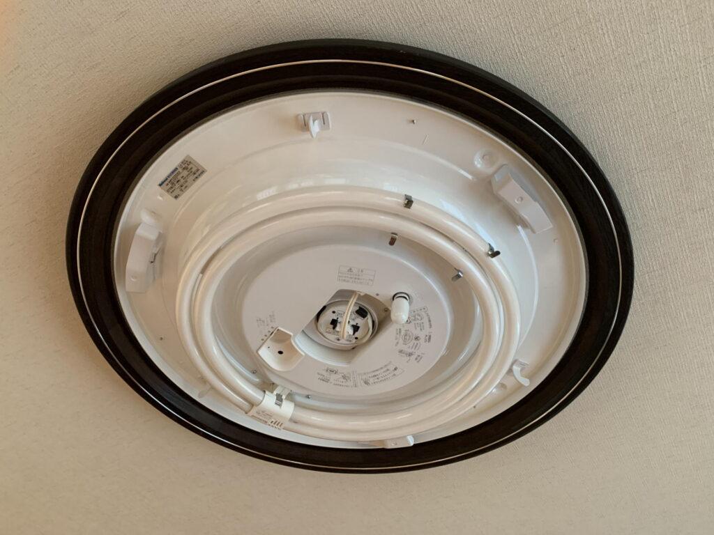 古い蛍光灯のシーリングライトのカバーを外す